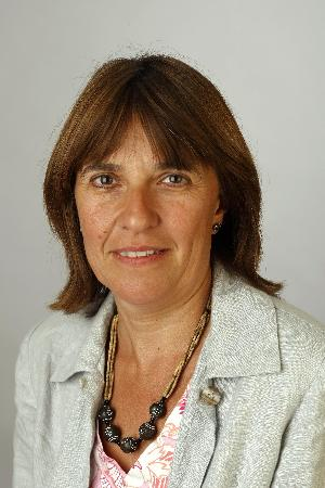 Pilar Gascón, expresidenta de pharmaceutical care, recibe el premio al farmacéutico del año