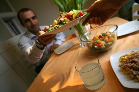 Alimentación equilibrada, variedad de bebidas y ejercicio físico, pilares de una vida saludable