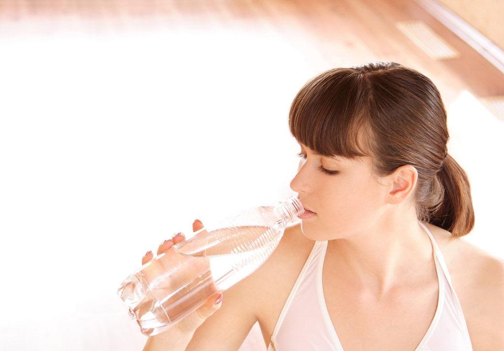Expertos abordan la importancia de la hidratación en el ejercicio