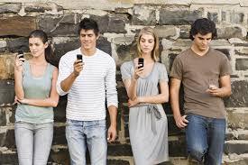 """El uso del móvil provoca """"cuello phone"""", flacidez y arrugas en cuello y barbilla"""