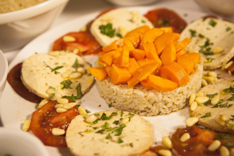 Ensalada de tomate con tofu marinado