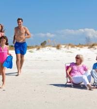 abuelos mayores playa familia