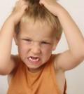niño rasca cabeza