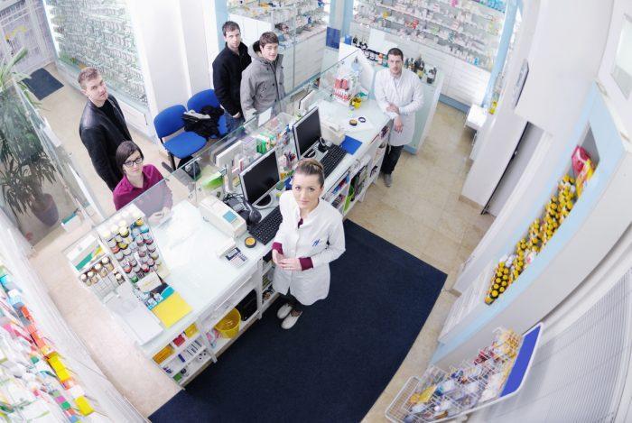 El farmacéutico trabaja para optimizar el tratamiento de los pacientes con artritis