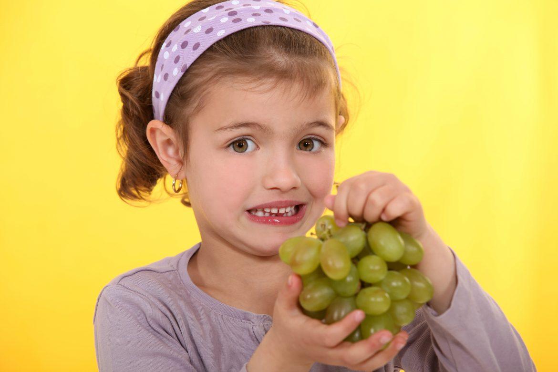 Los otorrinos alertan del riesgo de atragantamiento en niños por las uvas en Nochevieja