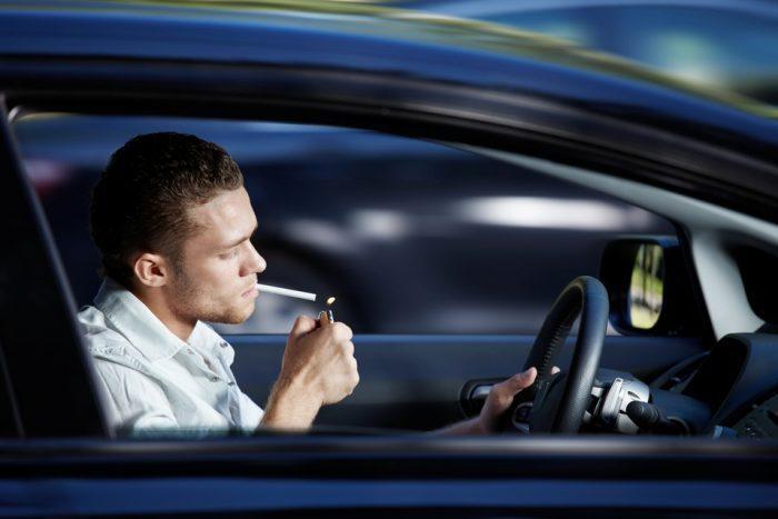 Sociedades médicas piden a la DGT que no se permita fumar al volante