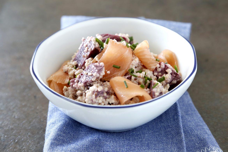 Ensalada de quinoa con salmón y remolacha