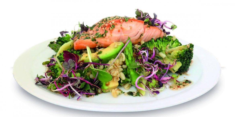 Suprema de salmón con verduras, trigo tierno y vinagreta de sésamo tostado