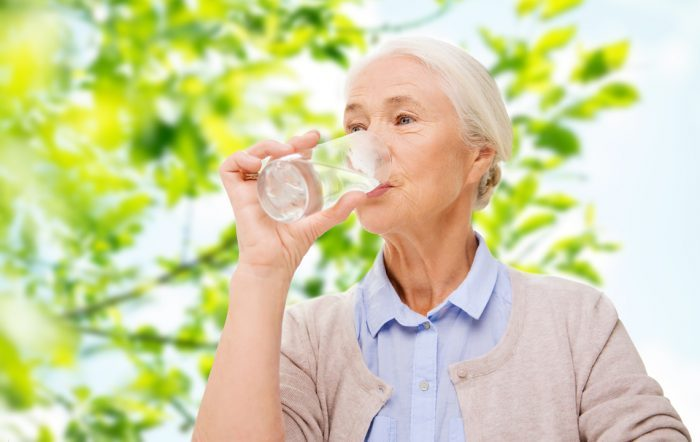 El 77% de las personas mayores no bebe la cantidad de líquidos adecuada