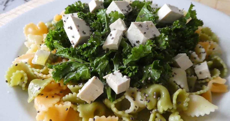 Ensalada de pasta tricolor con kale, tomates cherry, tofu y chía