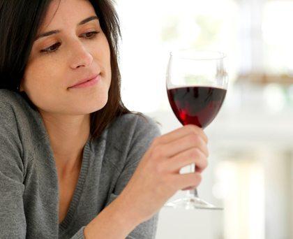 Tomar vino con moderación resulta saludable.