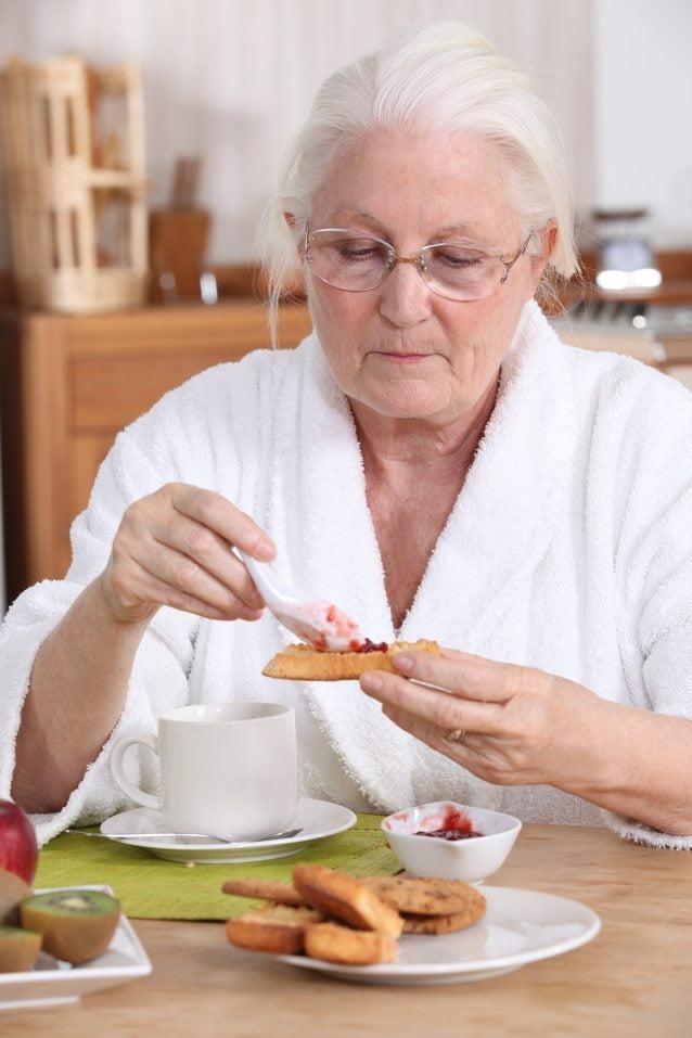 La dificultad para deglutir incrementa el riesgo de padecer neumonía en los ancianos