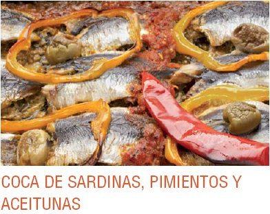 Coca de sardinas pimientos y aceitunas