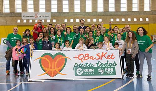 40 personas con discapacidad juegan al basket con Fernando Romay