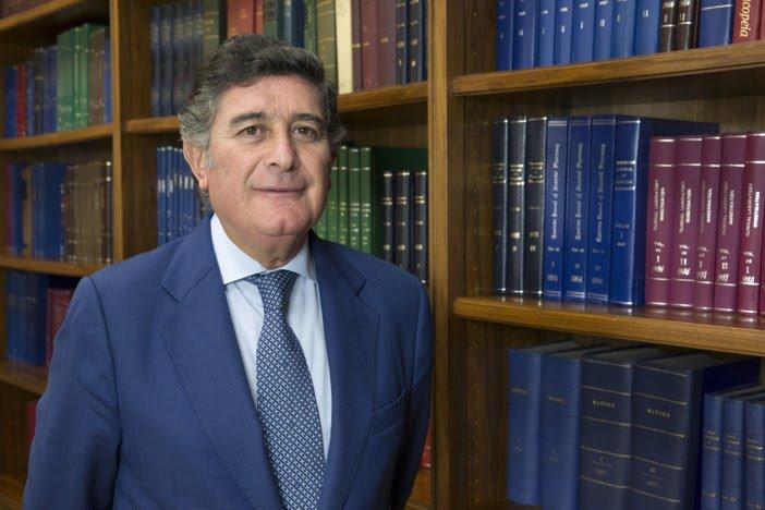 El presidente del COF de Sevilla, premiado con la Medalla de Plata de la Facultad de Farmacia