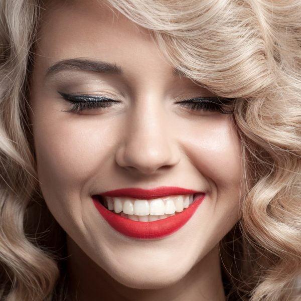 5 claves para eliminar las manchas y conseguir unos dientes blancos