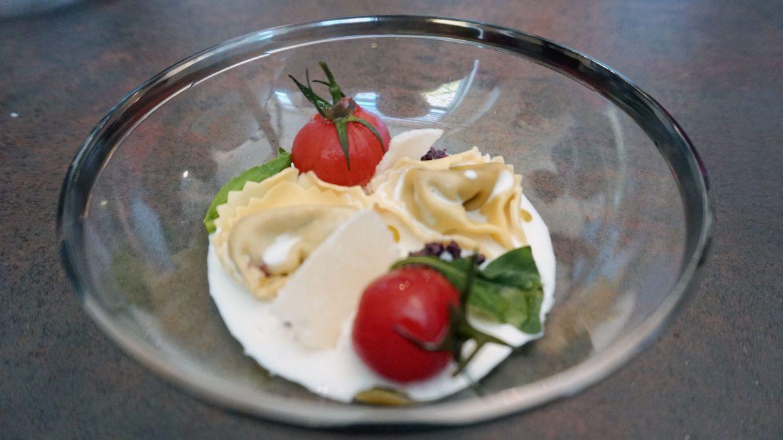 Tortellini de hongos, olivada y espuma de parmesano