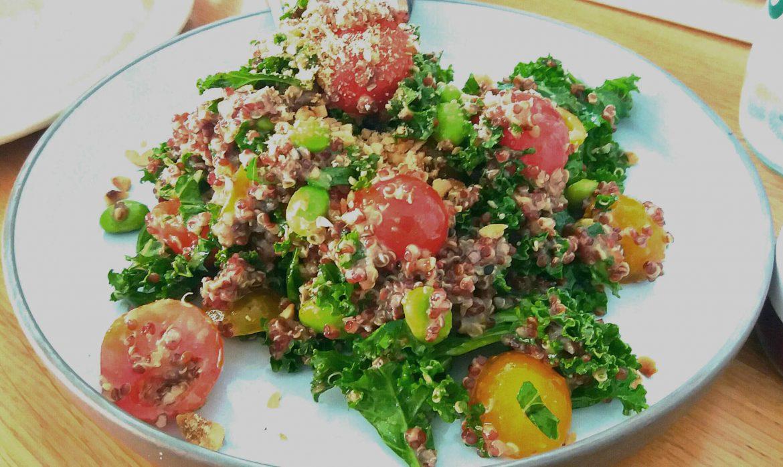 Ensalada de kale con quinoa, tomates, habitas y avellanas