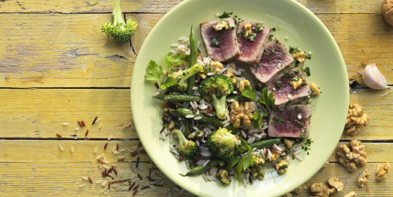 Lomo de atún con vinagreta de nueces, ajo y perejil